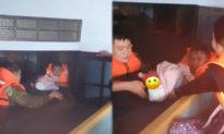 Tiếng khóc xé lòng của em bé sơ sinh được giải cứu khỏi căn nhà ngập lụt ở Quảng Bình