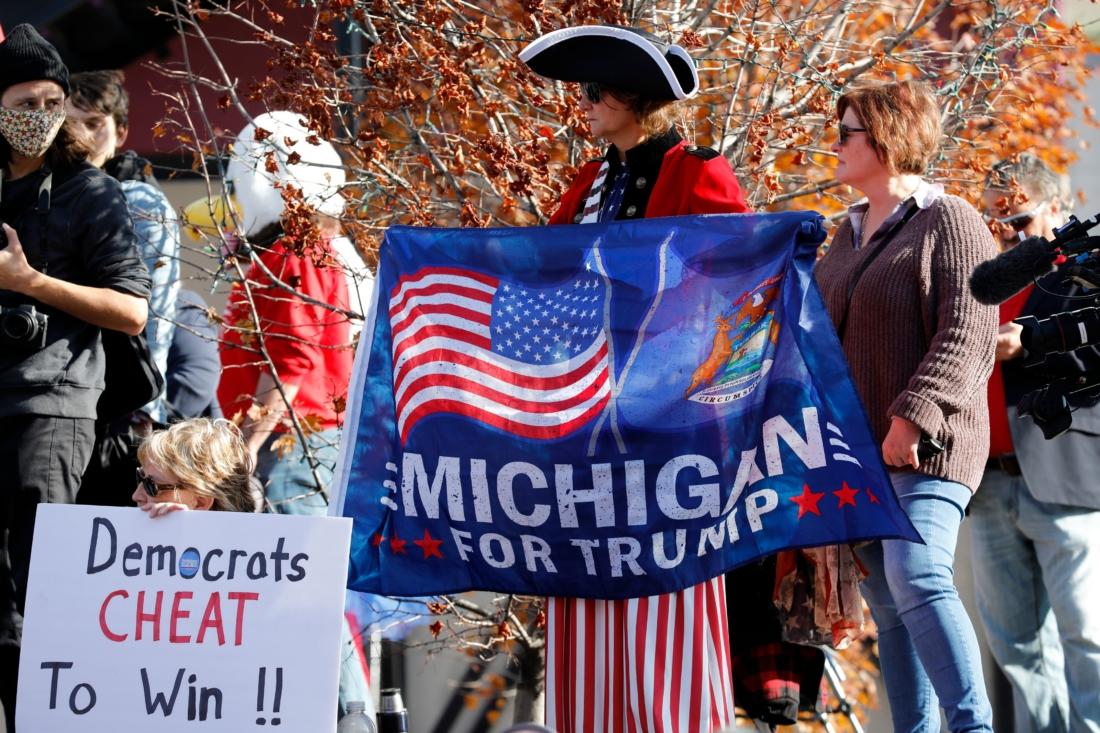 Những người ủng hộ Tổng thống Mỹ Donald Trump biểu tình bên ngoài Trung tâm TCF để phản đối việc kiểm phiếu cho cuộc bầu cử Tổng thống Mỹ năm 2020 vào ngày 6/11/2020, tại Detroit, Michigan. (Ảnh của JEFF KOWALSKY / AFP qua Getty Images)