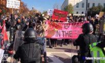 Antifa 'núp' sau cảnh sát phản đối đám đông Tuần hành MAGA, nhưng lại lao ra tấn công vài người lẻ tẻ…