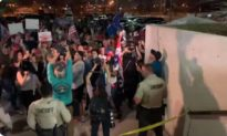 Cử tri biểu tình bên ngoài Văn phòng Bầu cử Arizona: 'Hãy đếm những phiếu bầu đó!'