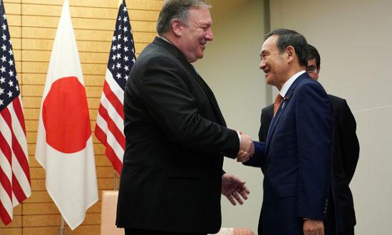Ngoại trưởng Hoa Kỳ Mike Pompeo nói chuyện với Thủ tướng Nhật Bản Yoshihide Suga tại văn phòng Thủ tướng ở Tokyo (Ảnh: EUGENE HOSHIKO / AFP qua Getty Images)