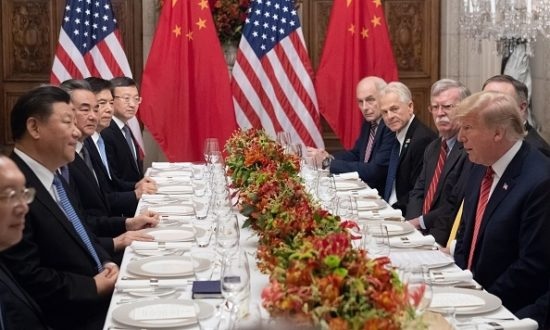 Tổng thống Hoa Kỳ Donald Trump và Chủ tịch Trung Quốc Tập Cận Bình (L) cùng với các thành viên trong phái đoàn của họ, tổ chức một cuộc họp tối vào cuối Hội nghị thượng đỉnh các nhà lãnh đạo G20 tại Buenos Aires, vào ngày 01 tháng 12 năm 2018 (Ảnh: SAUL LOEB / AFP qua Getty Images)
