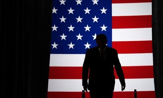 """Tổng thống Hoa Kỳ Donald Trump đến tham dự một chiến dịch """"Làm nước Mỹ vĩ đại trở lại"""" tại Trung tâm Huntington ở Toledo, Ohio, vào ngày 9 tháng 1 năm 2020. (Ảnh của SAUL LOEB / AFP / Getty)"""
