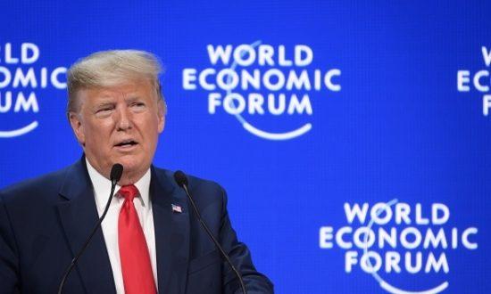 Tổng thống Mỹ Donald Trump có bài phát biểu tại trung tâm Congres trong cuộc họp thường niên của Diễn đàn Kinh tế Thế giới (WEF) ở Davos, vào ngày 21 tháng 1 năm 2020. (Ảnh của Fabrice COFFRINI / AFP / Getty Images)
