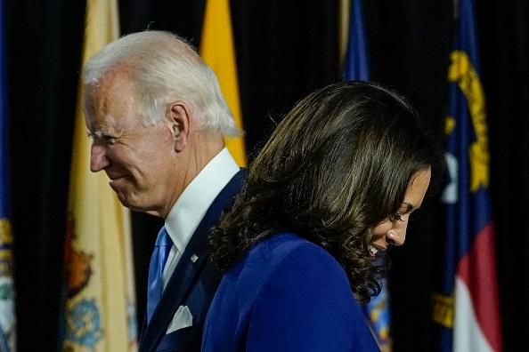 Ứng cử viên tổng thống của đảng Dân chủ Joe Biden và Thượng nghị sĩ Kamala Harris (D-CA) lên sân khấu để phát biểu tại Trường trung học Alexis Dupont vào ngày 12 tháng 8 năm 2020 ở Wilmington, Delaware (Ảnh của Drew Angerer / Getty Images)