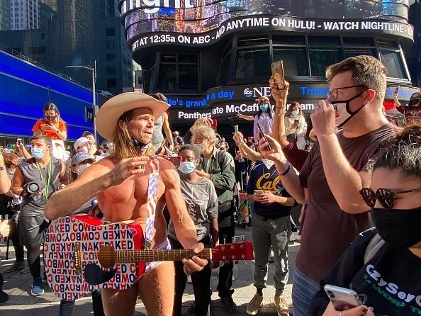 """Người đàn ông trần truồng ăn mừng """"chiến thắng tự xưng"""" của ứng cử viên Tổng thống Joe Biden. (Getty)"""