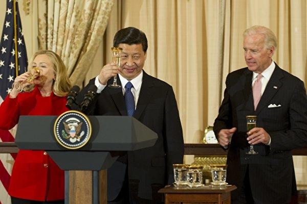 Ảnh chụp ngày 14/2/2012 tại một bữa tiệc ở Bộ Ngoại giao Hoa Kỳ, khi ấy ông Tập Cận Bình là Phó Chủ tịch Trung Quốc, ông Tập đã đề nghị nâng ly chúc mừng với Phó Tổng thống Joe Biden (phải) và Ngoại trưởng Hillary Clinton (trái). (JIM WATSON/AFP via Getty Images)