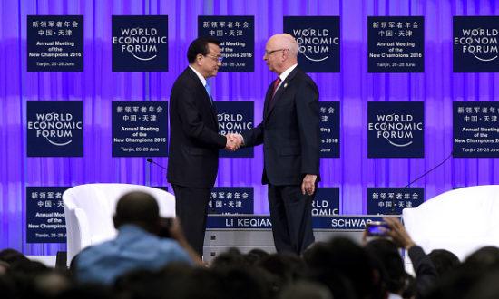 Người sáng lập và chủ tịch điều hành của WEF Klaus Schwab bắt tay với Thủ tướng Trung Quốc Lý Khắc Cường trong WEF vào ngày 27 tháng 6 năm 2016 tại Thiên Tân, Trung Quốc (Ảnh của Wang Zhao - Pool / Getty Images)