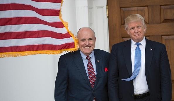 Ông Giuliani - luật sư riêng của ông Trump (trái) và Tổng thống Trump (phải). (DON EMMERT/AFP via Getty Images)