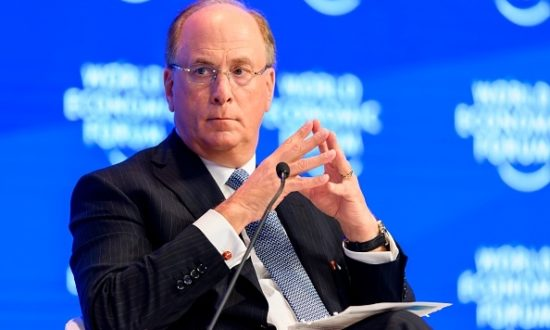Laurence Fink, chủ tịch và giám đốc điều hành của BlackRock, người mà nhiều nhà tài trợ đảng Dân chủ đã báo cáo rằng sẽ trở thành sự lựa chọn của Biden cho vị trí Bộ trưởng ngân khố. (Ảnh: FABRICE COFFRINI/AFP via Getty Images)