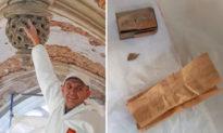 Sửa mái nhà thờ, công nhân phát hiện tờ ghi chú từ năm 1941 với thông điệp gửi đến tương lai