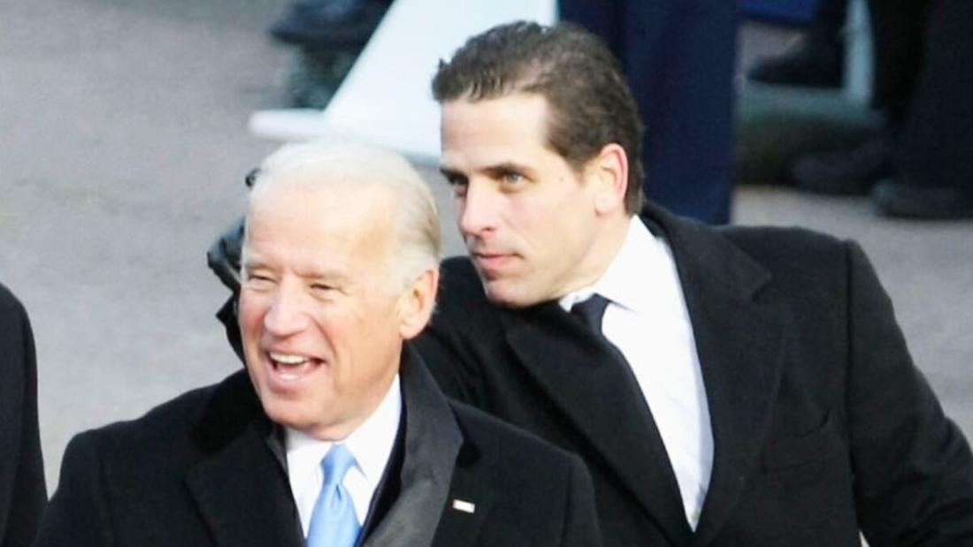 Ông Joe Biden, khi đó là Phó Tổng thống Mỹ và con trai Hunter Biden tại khán đài duyệt binh, để theo dõi Lễ duyệt binh của Tổng thống Barack Obama từ trước Nhà Trắng vào ngày 20/1/2009. (Alex Wong / Getty Images)
