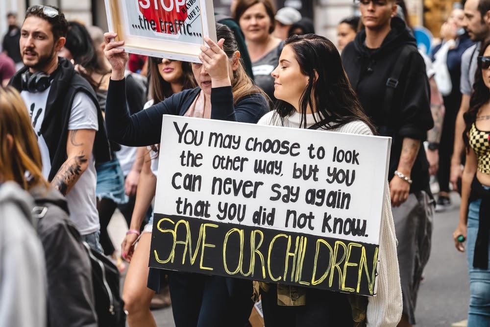Những người với biểu ngữ trong một cuộc biểu tình