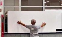Detroit kiểm phiếu hỗn loạn, nhân viên chặn cửa sổ, cấm xem