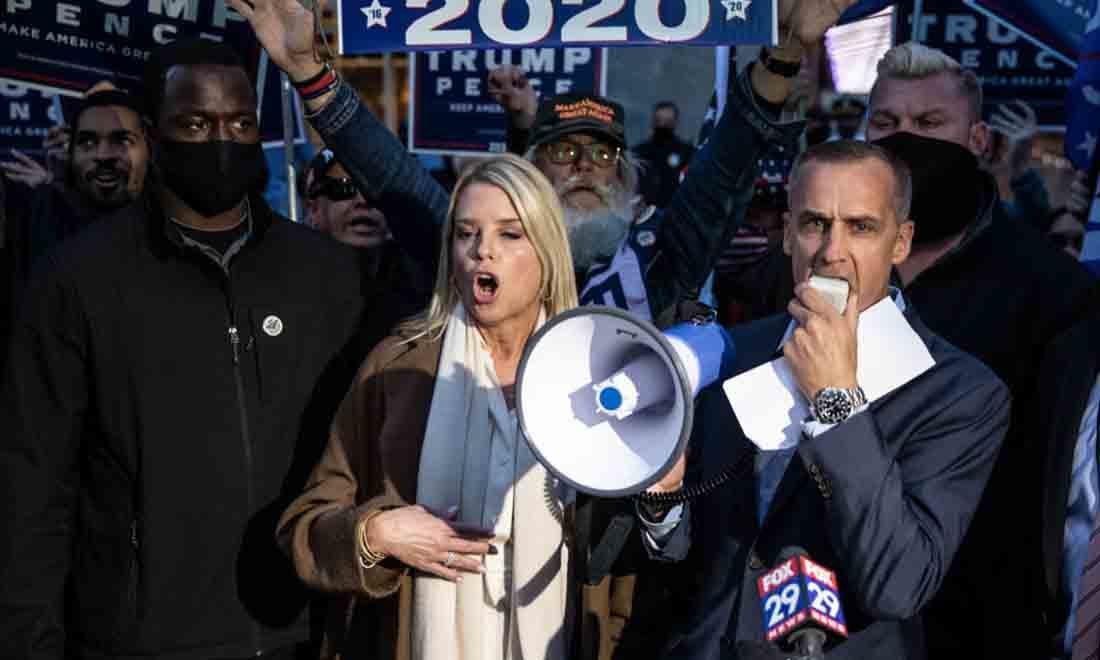 Cựu cố vấn chiến dịch tranh cử cho Tổng thống Hoa Kỳ Donald Trump, Corey Lewandowski (R) và cựu Tổng chưởng lý Florida Pam Bondi nói chuyện với truyền thông về lệnh tòa cho phép chiến dịch Trump tiếp cận để quan sát hoạt động kiểm phiếu vào ngày 5 tháng 11, 2020 tại Philadelphia, Pennsylvania.