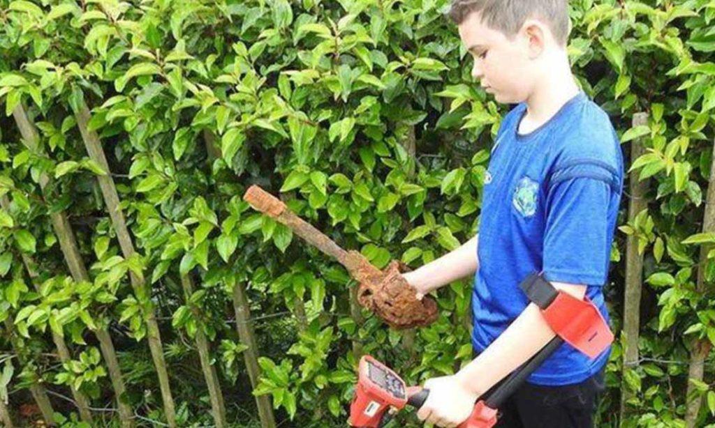 Cậu bé 10 tuổi tìm thấy thanh kiếm thế kỷ 18