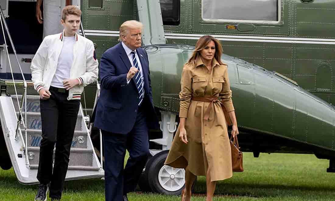 Barron Trump, Tổng thống Hoa Kỳ Donald Trump và Đệ nhất phu nhân Melania Trump đi dạo trên Bãi cỏ phía Nam của Nhà Trắng vào ngày 16 tháng 8 năm 2020 tại Washington, DC. (Ảnh của Tasos Katopodis / Getty Images)