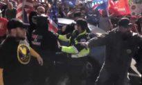 """Cảnh sát Michigan bị kiện: Tại sao """"phân biệt"""" đối xử giữa người ủng hộ TT Trump và BLM? Cảnh sát đáp trả cực hay..."""