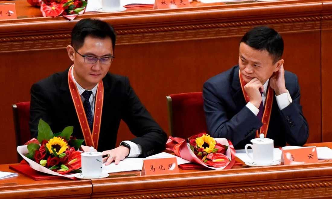 Người đồng sáng lập Alibaba Jack Ma (R) nhìn CEO Pony Ma của Tencent Holdings trong buổi gặp mặt kỷ niệm 40 năm chính sách