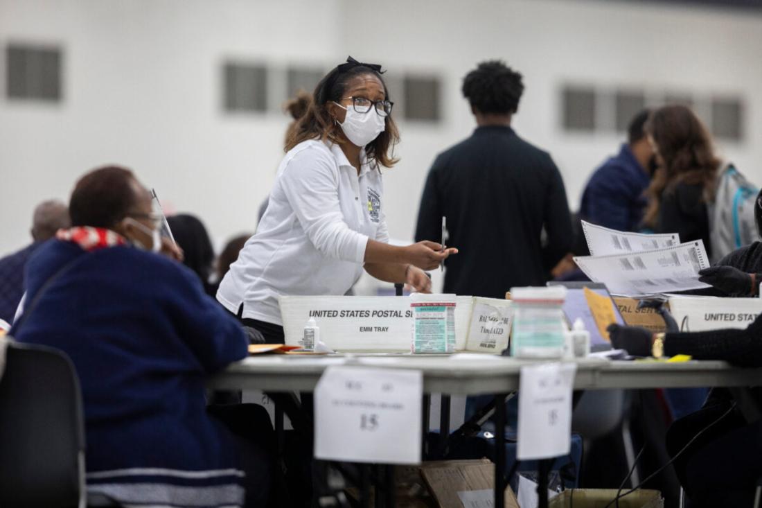 Một nhân viên của Sở Bầu cử Detroit đạt được một lá phiếu vắng mặt tại Ban Kiểm phiếu Trung tâm ở Trung tâm TCF ở Detroit, Michigan, vào ngày 4/11/2020. (Elaine Cromie / Getty Images)