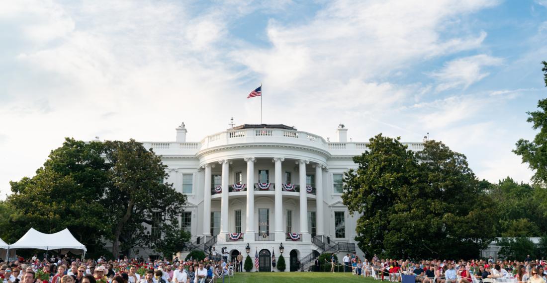 Quan khách tham dự sự kiện Ngày Quốc Khánh Mỹ 2020 lắng nghe khi Tổng thống Donald J. Trump có bài phát biểu vào Thứ Bảy, ngày 4/7/2020, tại Bãi cỏ phía Nam của Nhà Trắng. (Ảnh chính thức từ Nhà Trắng / Andrea Hanks)