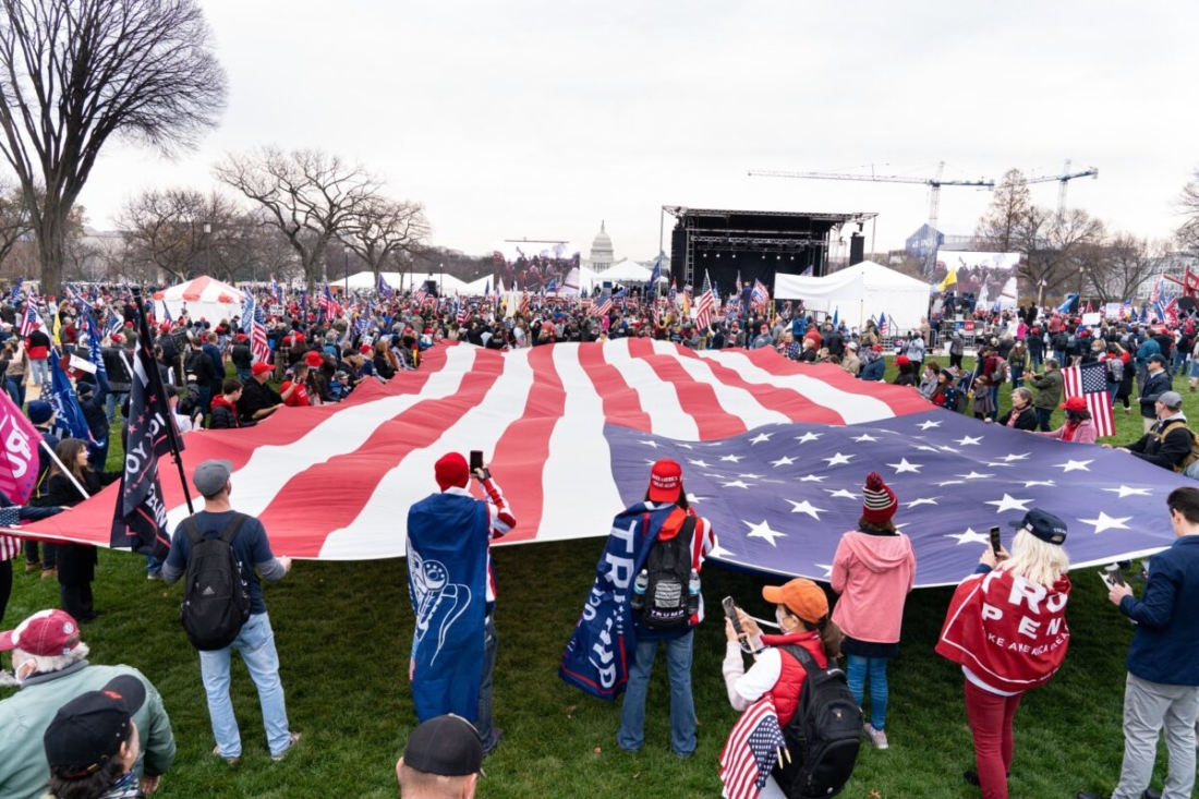 Người dân Mỹ phải nhận thức được rằng đây không phải là một cuộc tranh chấp bầu cử hay bất đồng về đảng phái chính trị thông thường, mà đây là một âm mưu đảo chính nhằm cướp đi tự do của nước Mỹ. Hình ảnh những người ủng hộ Tổng thống Trump biểu tình ở Washington, vào ngày 12/12/2020. (Larry Dai / The Epoch Times)