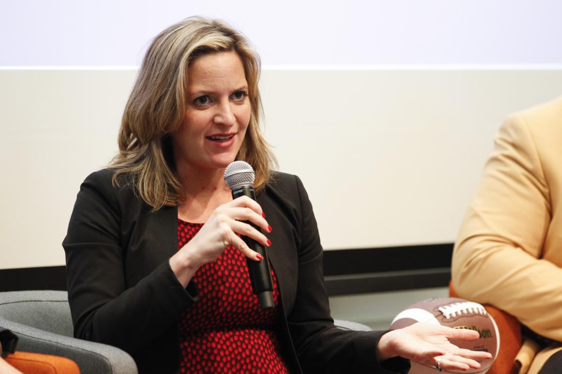 """Bộ trưởng Nội vụ bang Michigan là bà Jocelyn Benson (thuộc đảng Dân chủ) tại buổi phát thanh SiriusXM Business Radio Broadcasts """"Beyond The Game: Tackling Race"""", từ Wharton San Francisco vào ngày 5/2/2016 tại San Francisco, California. (Kimberly White / Getty Images)"""