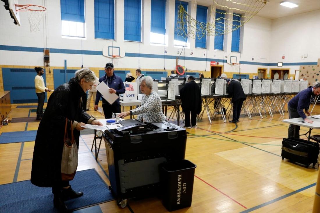 Người dân đặt các lá phiếu vào một máy kiểm phiếu ở Grosse Pointe, Michigan, vào ngày 10/3/2020. (Jeff Kowalsky / AFP qua Getty Images)