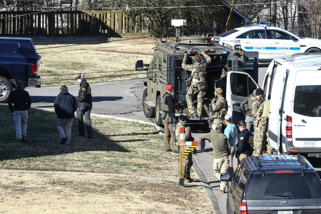 """Các nhân viên cảnh sát tiến hành điều tra ngôi nhà thuộc về Anthony Quinn Warner, một người đàn ông 63 tuổi, được cho là nghi phạm liên quan đến vụ đánh bom Nashville, vào ngày 26/12/2020 ở Nashville, Tennessee. Cảnh sát đang gọi vụ nổ là """"một hành động cố ý"""" và đã tìm thấy những phần còn lại của thi thể người sau khi một chiếc xe RV phát nổ vào ngày Giáng sinh khiến 3 người bị thương và phá hủy nhiều khu nhà ở Nashville. (Ảnh của Terry Wyatt / Getty Images)"""