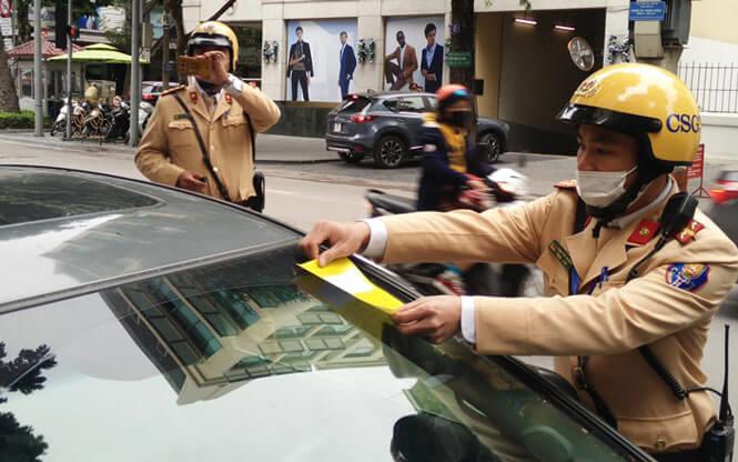 CSGT Hà Nội dán phạt nguội 166 ô tô dừng, đỗ sai quy định