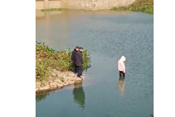 Cảnh sát tỉnh An Huy, Trung Quốc trơ mắt đứng nhìn nữ sinh trung học chết đuối