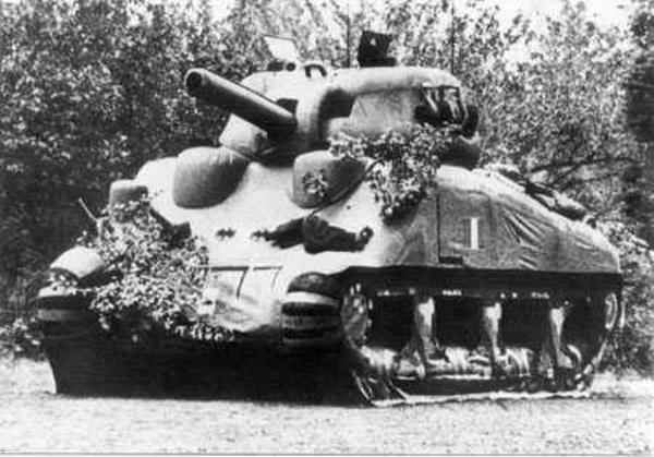 Xe tăng giả do ảo thuật gia Maskelyne chế tạo.
