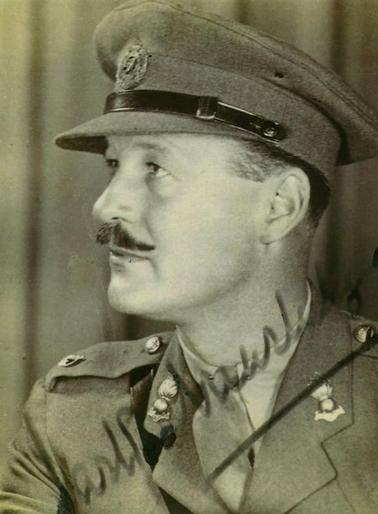 Ảo thuật gia Jasper Maskelyne tại đơn vị ngụy trang thuộc lực lượng quân đội Anh Quốc.