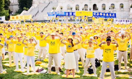 Các học viên Pháp Luân Công tham gia luyện công tập thể trước tòa Capitol ở Washington, vào ngày 20 tháng 6 năm 2018, nhằm kêu gọi chấm dứt cuộc bức hại Pháp Luân Công ở Trung Quốc. (Edward Dye / The Epoch Times)