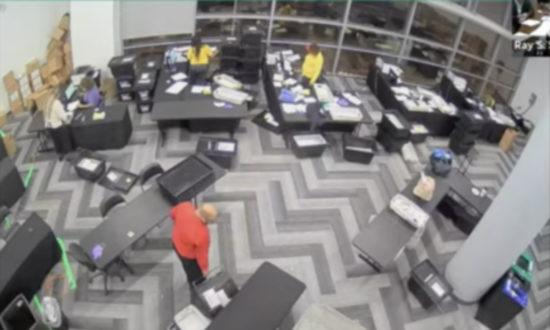 Phiên điều trần ở Georgia đã tiết lộ một đoạn video giám sát vào đêm bầu cử ở quận Fulton: Sau khi vắng những người trong trung tâm kiểm phiếu, 4 người còn lại lôi ra một vài thùng phiếu lớn từ dưới bàn và bỏ chúng ra ngoài quét máy đếm phiếu mà không có sự giám sát. (ảnh chụp màn hình video NTD)