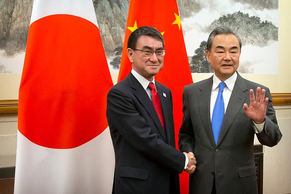Bộ trưởng Ngoại giao Nhật Bản Taro Kono bắt tay với Bộ trưởng Ngoại giao Trung Quốc Vương Nghị khi ông đến dự cuộc họp tại Nhà khách Nhà nước Diaoyutai ở Bắc Kinh vào ngày 15 tháng 4 năm 2019. (Ảnh của Mark Schiefelbein / POOL / AFP/ Getty)