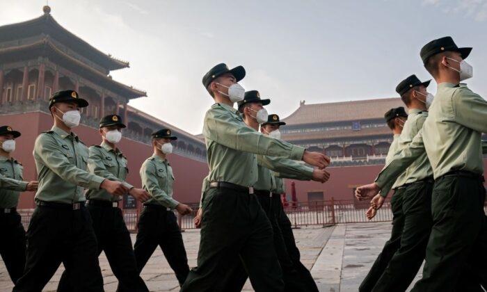 Các binh sĩ Quân Giải phóng Nhân dân Trung Quốc (PLA) diễu hành cạnh lối vào Tử Cấm Thành trong lễ khai mạc Hội nghị Hiệp thương Chính trị Nhân dân Trung Quốc (CPPCC) tại Bắc Kinh vào ngày 21 tháng 5 năm 2020 (Nicolas Asfouri / AFP qua Getty Images)