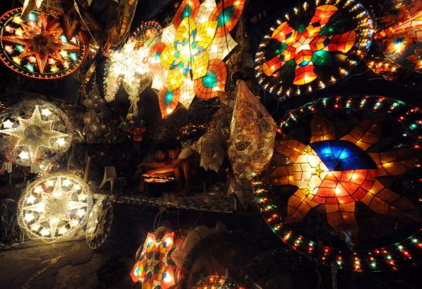"""Hàng năm, thành phố San Fernando tổ chức Ligligan Parul (hay còn gọi là """"Lễ hội Đèn lồng khổng lồ"""") với những chiếc đèn nháy tượng trưng cho ngôi sao Bethlehem lấp lánh tuyệt đẹp."""