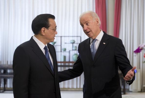 Phó Tổng thống Hoa Kỳ Joe Biden (R), trò chuyện với Thủ tướng Trung Quốc Lý Khắc Cường trước khi tham dự cuộc họp của họ tại khu ngoại giao Trung Nam Hải vào ngày 5 tháng 12 năm 2013 ở Bắc Kinh, Trung Quốc. (Ảnh của Andy Wong-Pool / Getty Images)