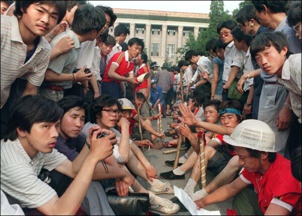 Các sinh viên được trang bị gậy gỗ tập trung bên ngoài Đại lễ đường Nhân dân trên Quảng trường Thiên An Môn ở Bắc Kinh trong các cuộc biểu tình ủng hộ dân chủ vào ngày 3/6/1989. Đêm hôm đó và ngày hôm sau, Quân đội Giải phóng Nhân dân đã sử dụng vũ lực sát thương để chấm dứt cuộc biểu tình kéo dài hàng tuần bởi các sinh viên, giết chết vài nghìn người, và hàng nghìn người khác bị thương. (Catherine Henriette / AFP qua Getty Images)