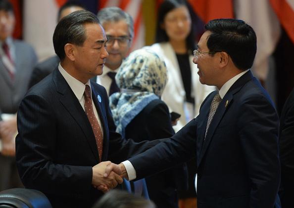 Bộ trưởng Ngoại giao Trung Quốc Vương Nghị bắt tay Bộ trưởng Ngoại giao Việt Nam Phạm Bình Minh trong cuộc họp ASEAN-Trung Quốc - bên lề cuộc họp cấp bộ trưởng thường niên của Hiệp hội các quốc gia Đông Nam Á (ASEAN) và Diễn đàn An ninh khu vực tại Viêng Chăn ngày Ngày 25 tháng 7 năm 2016 (Ảnh: getty)
