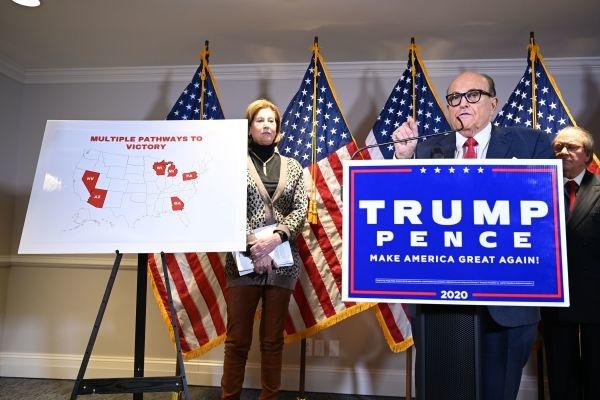 Vào ngày 19 tháng 11 năm 2020, luật sư riêng của Tổng thống Trump, Rudy Giuliani đã có bài phát biểu tại một cuộc họp báo. (Nguồn ảnh: MANDEL NGAN / AFP / Getty Images)