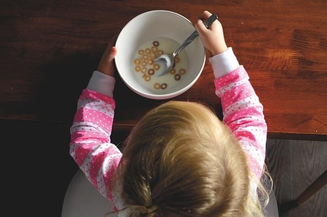 Đừng trách mắng trẻ khi ăn. Bởi trách cứ trẻ lúc này dễ dẫn đến tình trạng tỳ vị hư yếu, ăn không ngon miệng.