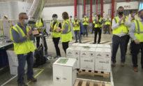 Các công nhân của Pfizer vỗ tay hoan nghênh lô vaccine đầu tiên xuất xưởng, sẵn sàng đến các điểm phân phối tại Mỹ