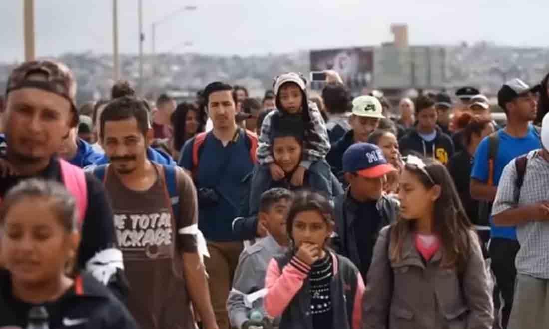 """Họ mặc những bộ quần áo đẹp, những em bé thì trông sạch sẽ, những chiếc quần, chiếc áo tươm tất, trên tay họ còn dán những """"nhãn"""" khác nhau. Họ được cho ăn uống đầy đủ. Những người này không phải dân tị nạn, họ không nghèo. . (Ảnh chụp video)"""
