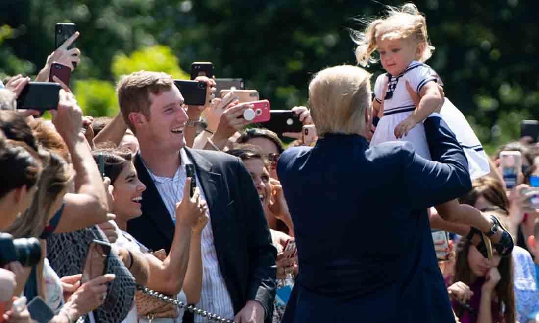 Tổng thống Hoa Kỳ Donald Trump bế một em bé khi ông chào đón khách tại Bãi cỏ phía Nam của Nhà Trắng ở Washington, DC, ngày 5 tháng 7 năm 2019. (Ảnh của SAUL LOEB / AFP) (Ảnh của SAUL LOEB / AFP qua Getty Images)