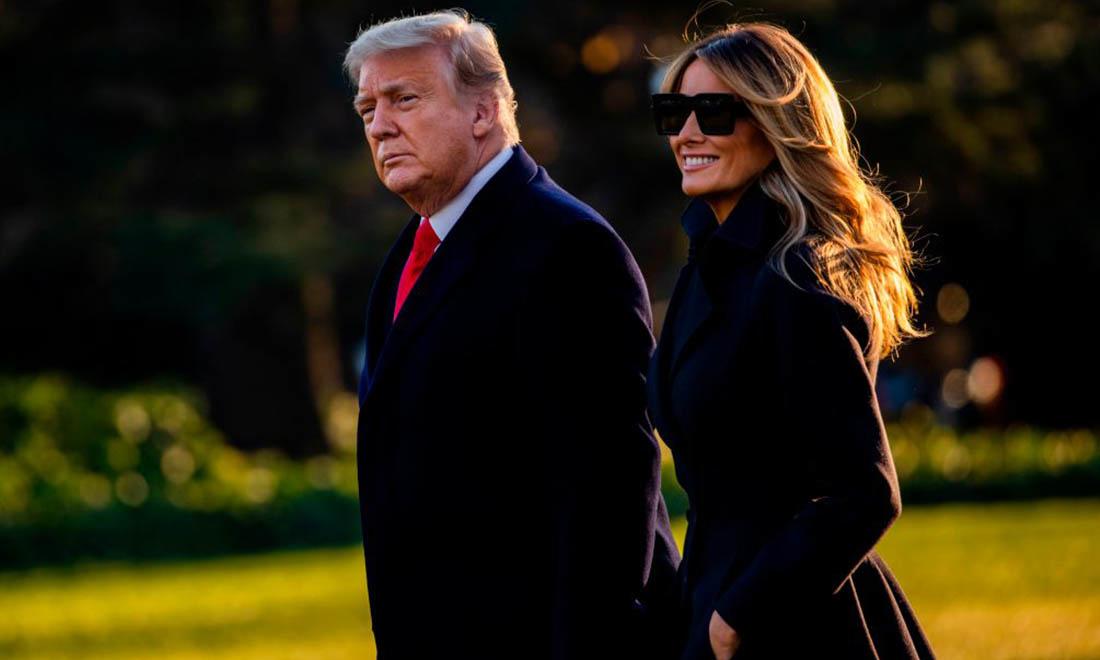 Tổng thống Donald Trump và Đệ nhất phu nhân Melania Trump đi bộ về phía Marine One khi họ rời Nhà Trắng trên đường đến Mar-a-Lago, câu lạc bộ riêng của Tổng thống, nơi họ sẽ trải qua Giáng sinh và Đêm giao thừa ở Washington, DC vào ngày 23 tháng 12 năm 2020. (Ảnh của Samuel Corum / AFP qua Getty Images)