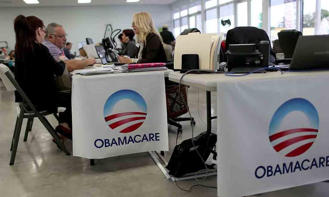 Aymara Marchante (L) và Wiktor Garcia ngồi cùng Maria Elena Santa Coloma, cố vấn bảo hiểm của công ty Bảo hiểm UniVista, khi họ đăng ký Đạo luật Chăm sóc Giá cả phải chăng, còn được gọi là Obamacare, trước hạn chót ngày 15 tháng 2 vào ngày 5 tháng 2 năm 2015 tại Miami , Florida. (Ảnh của Joe Raedle / Getty Images)