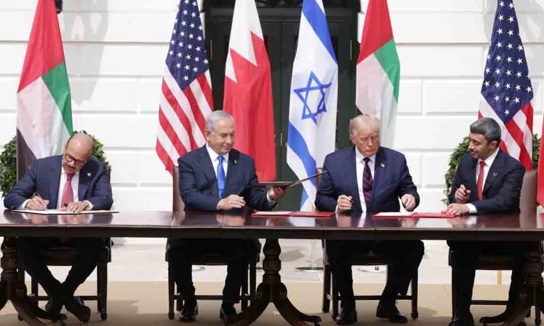 (LR) Bộ trưởng Ngoại giao Bahrain Abdullatif bin Rashid Al Zayani, Thủ tướng Israel Benjamin Netanyahu, Tổng thống Hoa Kỳ Donald Trump và Bộ trưởng Ngoại giao Các Tiểu vương quốc Ả Rập Thống nhất Abdullah bin Zayed bin Sultan Al Nahyan tham gia trong lễ ký Hiệp định Abraham tại Bãi cỏ phía Nam của Nhà Trắng ngày 15 tháng 9 năm 2020 tại Washington, DC. Trước sự chứng kiến của Tổng thống Trump, Thủ tướng Netanyahu đã ký một thỏa thuận hòa bình với UAE và tuyên bố có ý định hòa bình với Bahrain. (Ảnh của Alex Wong / Getty Images)