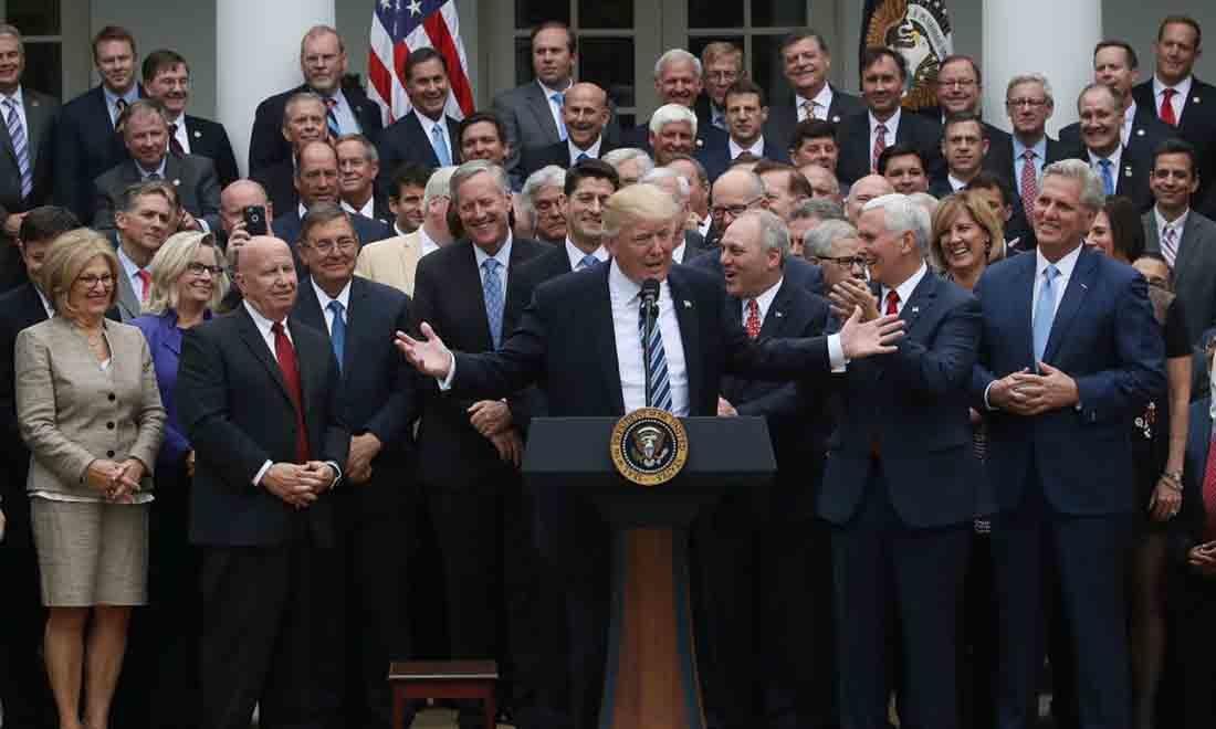 Tổng thống Hoa Kỳ Donald Trump (C) phát biểu cùng các nghị sĩ Cộng hòa ở Hạ viện sau khi họ thông qua đạo luật nhằm bãi bỏ và thay thế ObamaCare, trong một sự kiện ở Vườn Hồng tại Nhà Trắng, vào ngày 4 tháng 5 năm 2017 tại Washington , DC. (Ảnh của Mark Wilson / Getty Images)